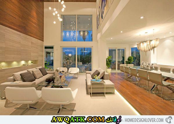 غرفة معيشة طويلة راقية وشيك