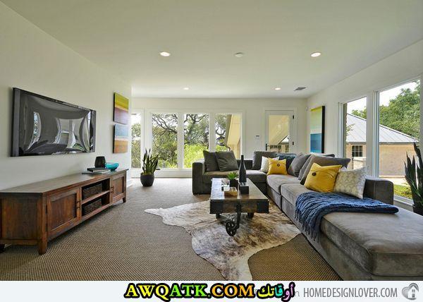غرفة معيشة طويلة تناسب الذوق الهادي