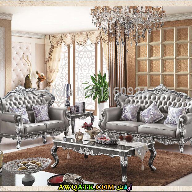 غرفة معيشة كلاسيك باللون الفضي