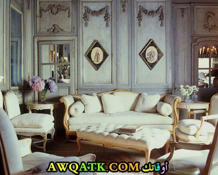 غرفة معيشة باللون الفضي هادية ورقيقة