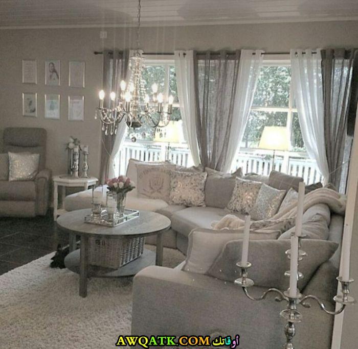 غرفة معيشة باللون الفضي في منتهي الشياكة