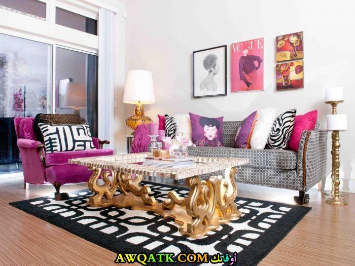 غرفة معيشة باللون الفوشيا مودرن