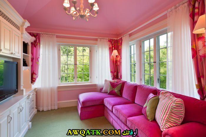 غرفة معيشة باللو الفوشيا في منتهي الجمال