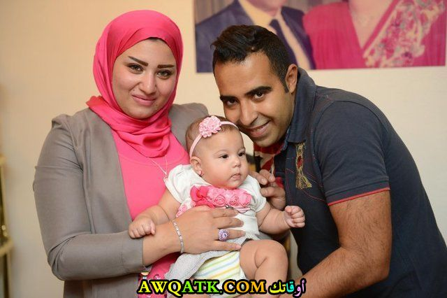 صورة عائلية للفنان محمد عدوية مع زوجته و ابنته