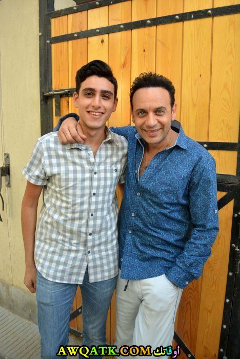 صورة رائعة للفنان مصطفى قمر مع ابنه