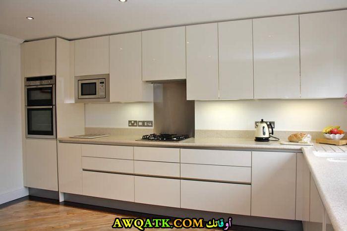 مطبخ أكريليك باللون الأبيض بسيط وجميل