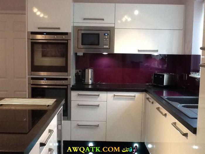 مطبخ أكريليك باللون الأبيض يناسب المساحة الصغيرة