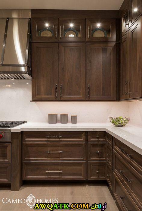 مطبخ للخزائن يناسب المساحة الصغيرة باللون البني