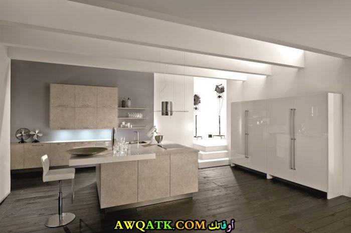 مطبخ خزف باللون الأبيض الأبيض في منتهي الجمال