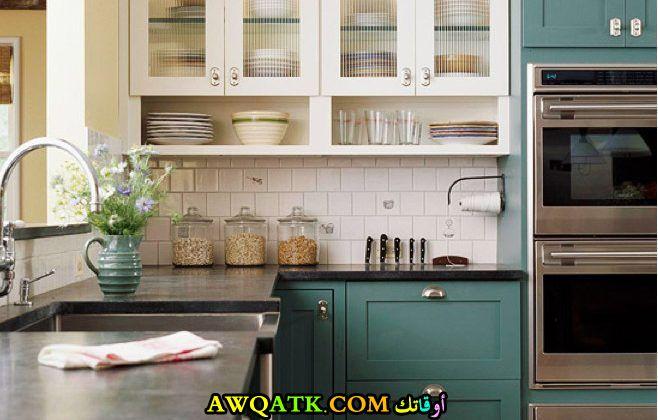 مطبخ باللون الأخضر جميل جداً
