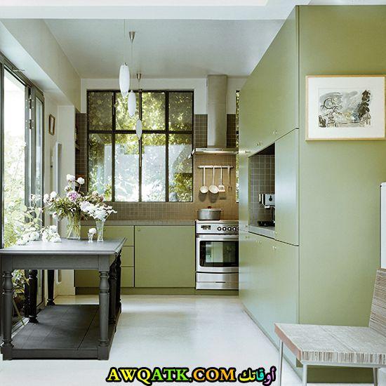 مطبخ باللون الأخضر جميل وأنيق