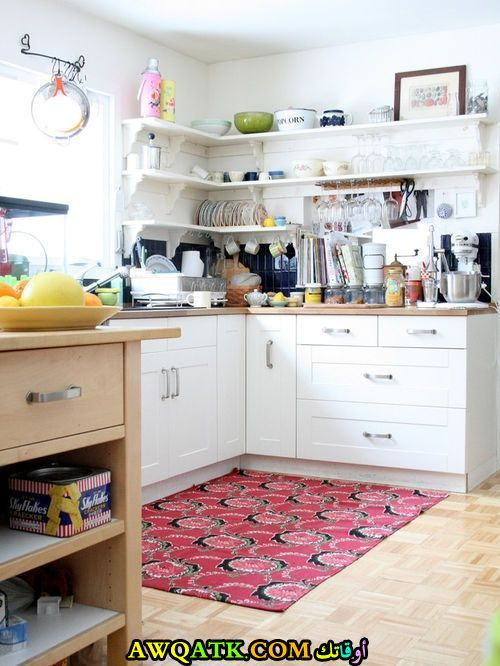 مطبخ عادي باللون الأبيض رائع
