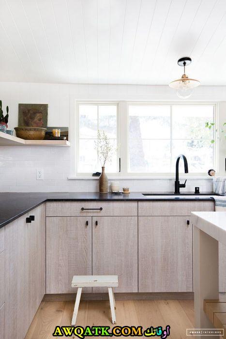 مطبخ عادي عصري وجديد باللون البيج