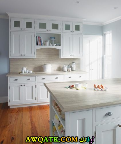 مطبخ أنيق وعصري باللون الأبيض