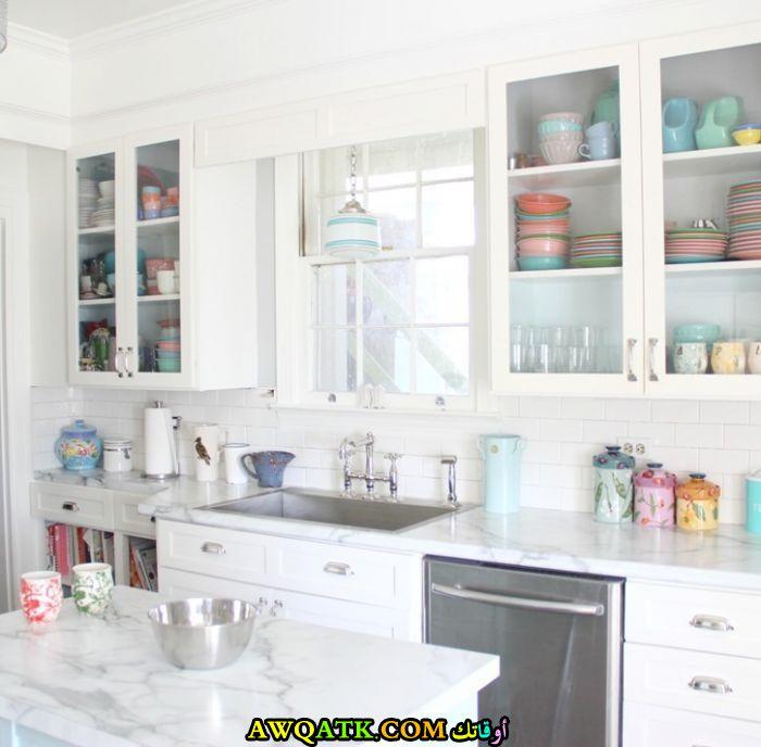 مطبخ فورمايكا باللون الأبيض يناسب المساحات الصغيرة
