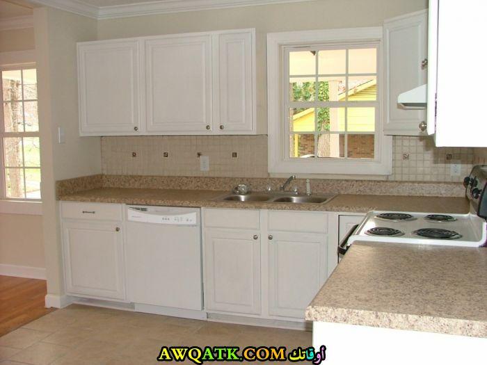 مطبخ فورمايكا باللون الأبيض بسيط جداً