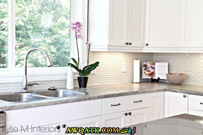 مطبخ فورمايكا باللون الأبيض عصري وشيك