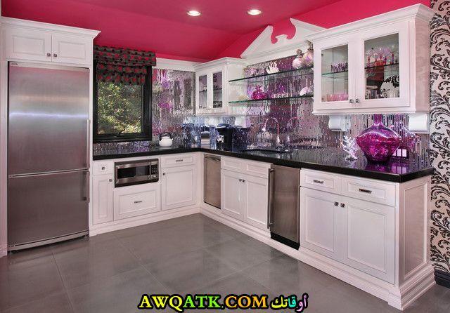 مطبخ جميل وبسيط باللونين الفوشيا والأبيض