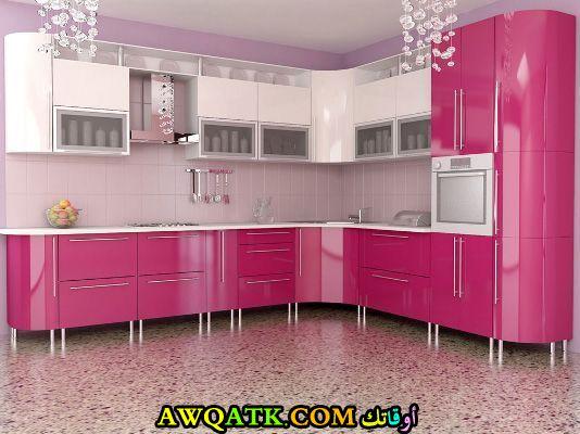 مطبخ في منتهي الجمال باللونين الفوشيا والأبيض