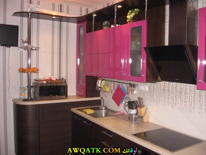 مطبخ صغير وبسيط باللونين الفوشيا والأسود يناسب المطابخ الصغيرة