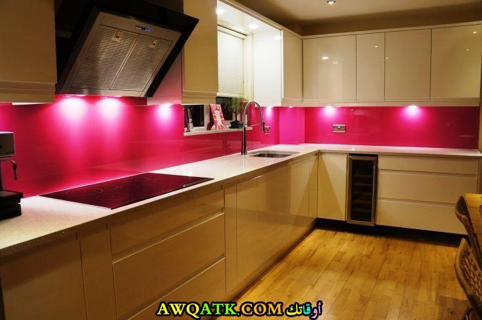 مطبخ بسيط وجميل باللون الفوشيا
