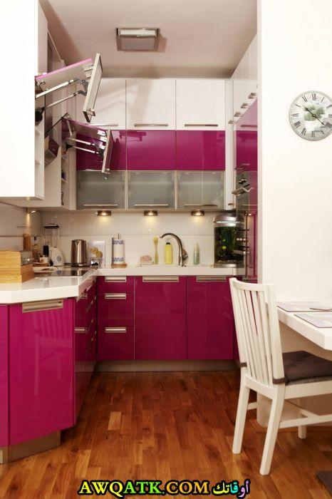 مطبخ باللون الفوشيا يناسب المساحات الصغيرة