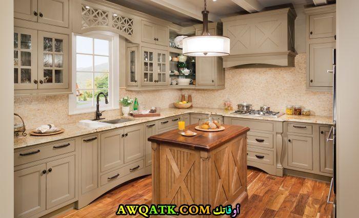 مطبخ عصري وجديد فيه شباك