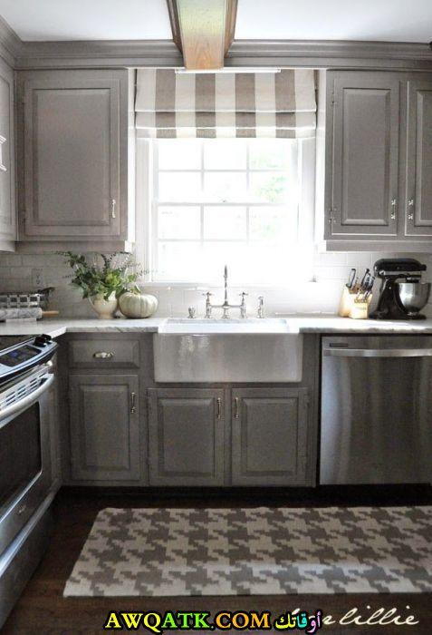 مطبخ فيه شباك بسيط جداً وجميل