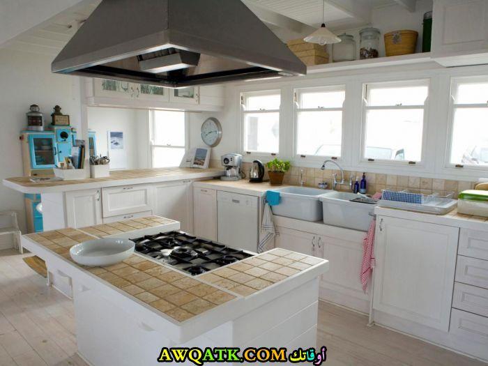 مطبخ باللون الأبيض جميل فيه شباك