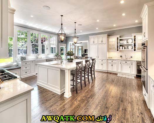 مطبخ مفتوح باللون الأبيض قمة في الفخامة
