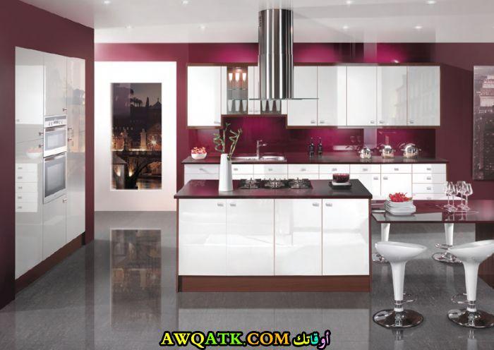 مطبخ باللون العنابي جميل جداً