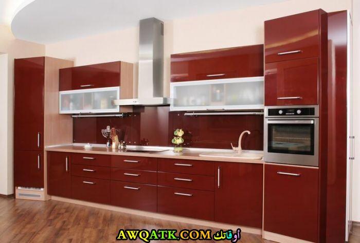 مطبخ باللون العنابي في منتهي الشياكة