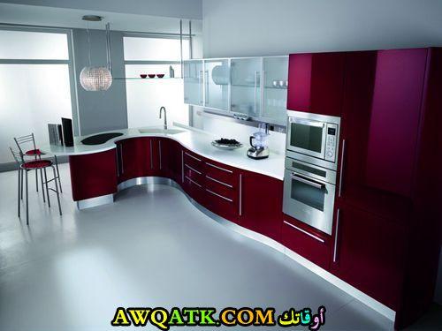 مطبخ باللون العنابي قمة في الشياكة