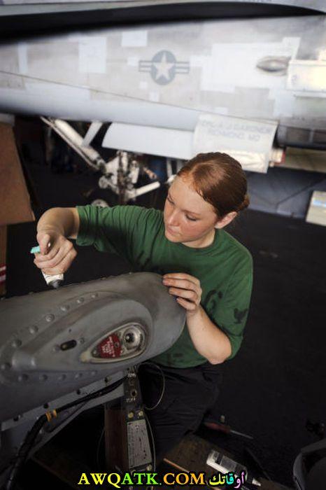 مهندسة تصلح طائرة