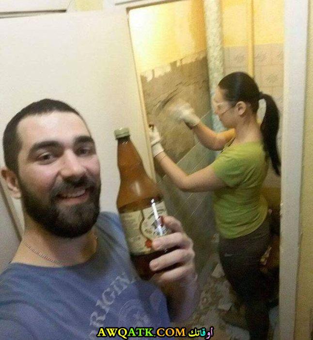 يشرب الخمر وزوجته تعمل