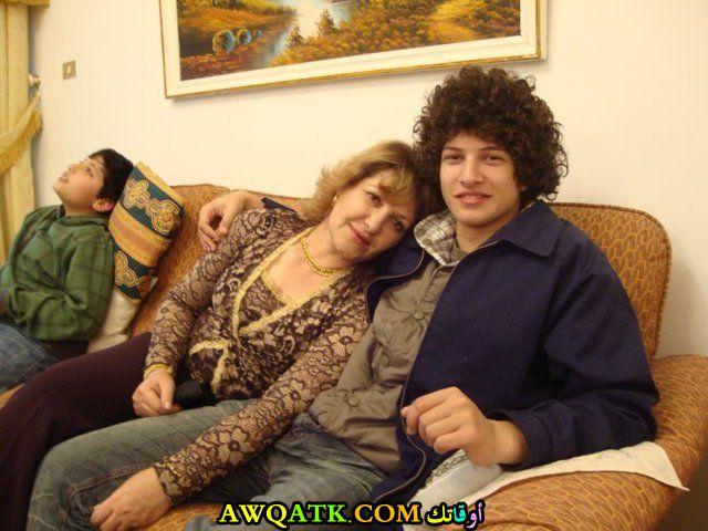 الفنانة إيمان هايل مع ابنها