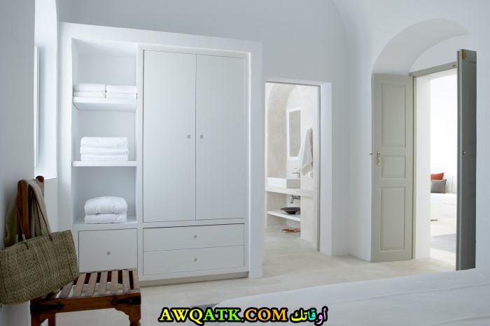 غرفة نوم فيلا باللون الأبيض بتصميم هادى وبسيط