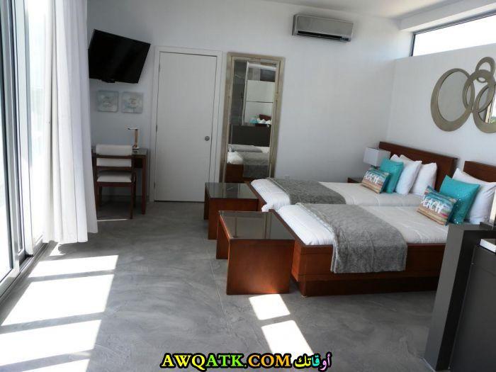 غرفة نوم فيلا باللون الأبيض روعة