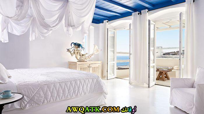 غرفة نوم فيلا باللون الأبيض بتصميم انيق وجميل