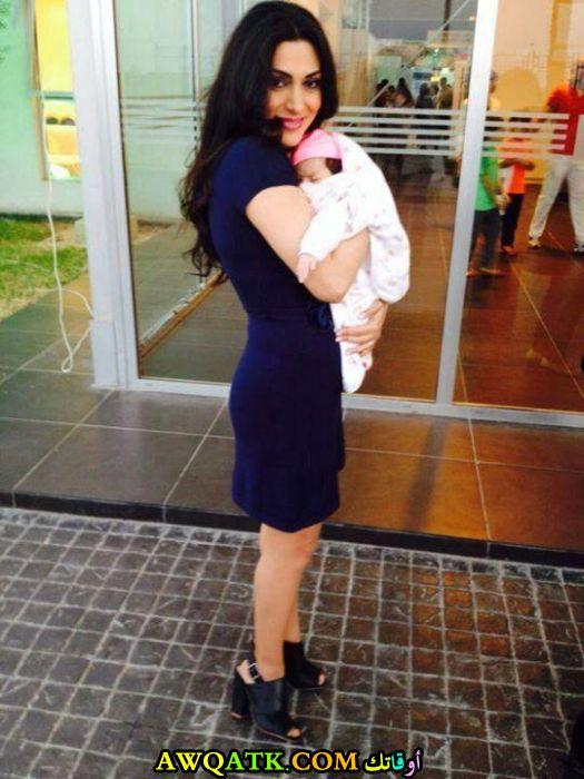 الممثلة مايا نصري مع ابنها