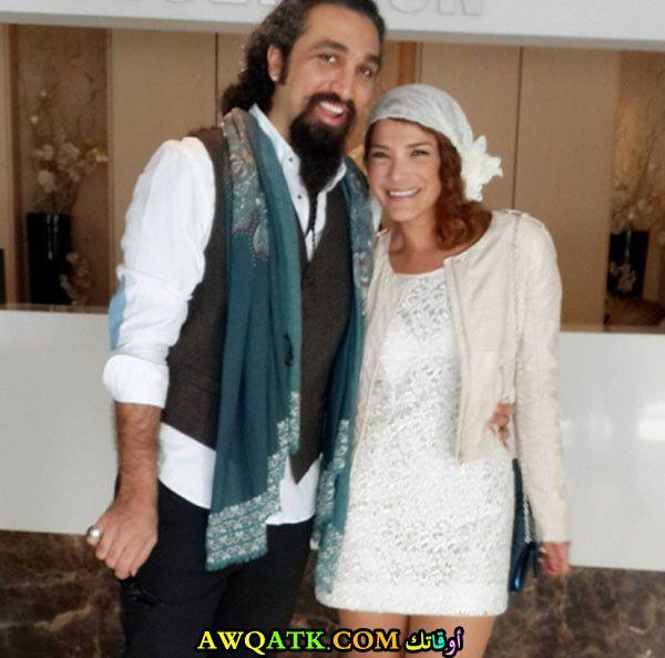 صورة عائلية للفنانة ندى أبو فرحات مع زوجها