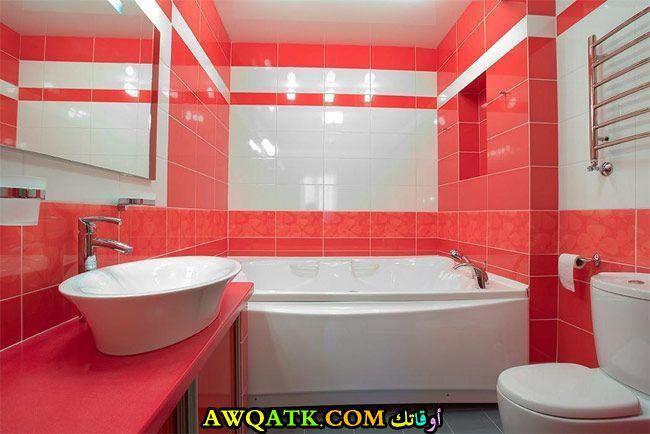 ديكور حمام باللون الأبيض والأحمر يناسب الذوق الهادي