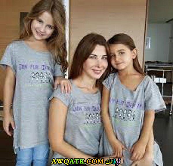 صورة الفنانة نانسي عجرم مع بناتها
