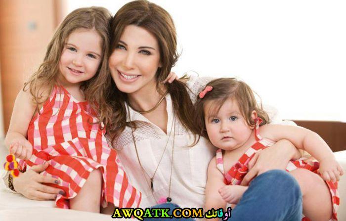 أحلى صورة للفنانة نانسي عجرم مع بناتها