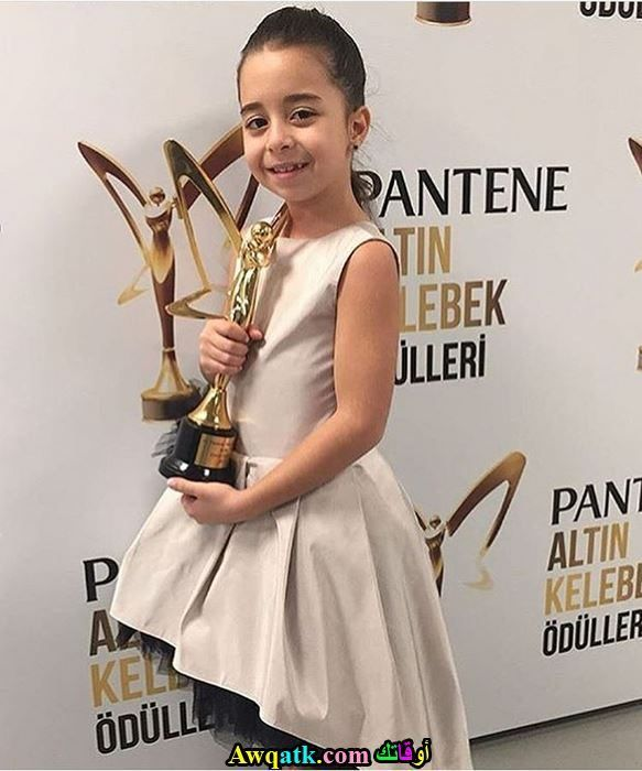 بيرين جوكيلديز وهي تتسلم جائزة أفضل ممثلة طفله لعام 2017