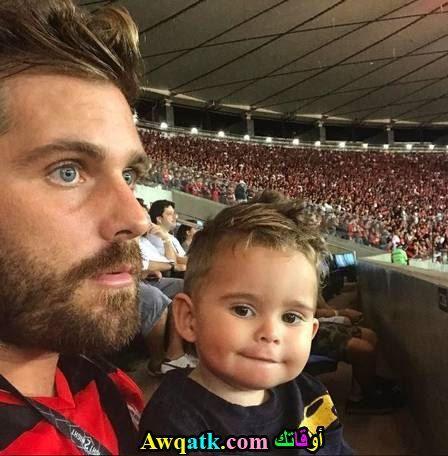ثييغو أخو الممثل بورونو و إبنه يشاهدون أحد المباريات