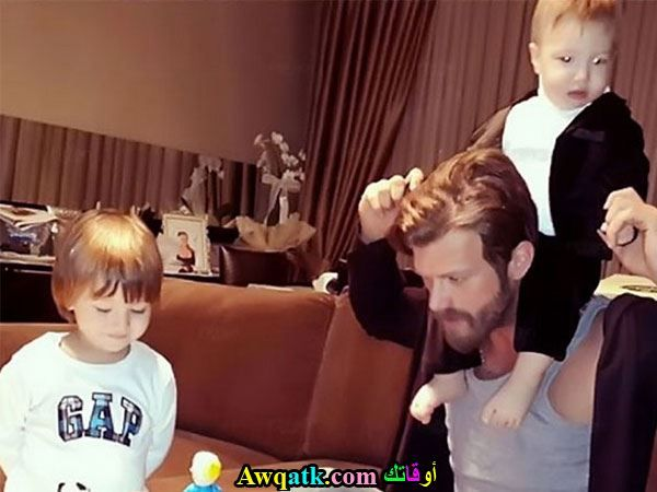 كيفانش تاتليتوغ يلعب مع ابناء اخته
