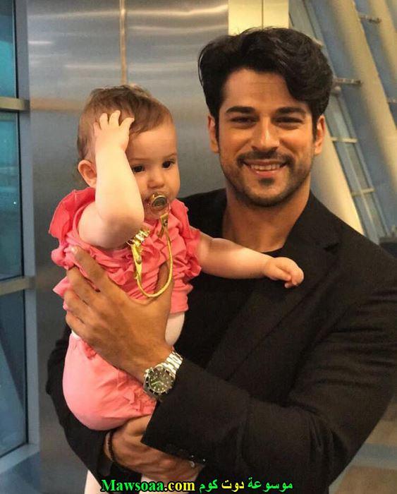 الممثل التركي مع إبنة أخته