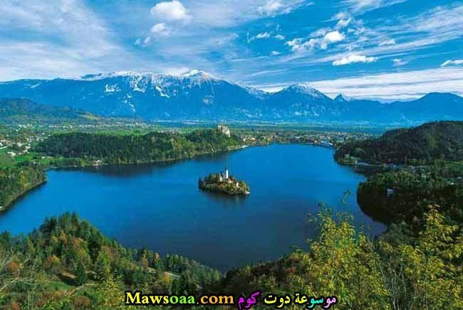 جزيرة في وسط بحيرة كبيرة