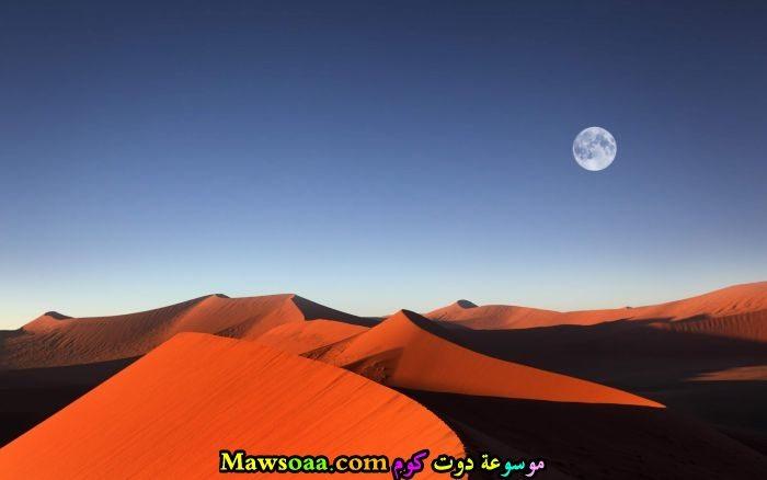 القمر يظهر في الغروب
